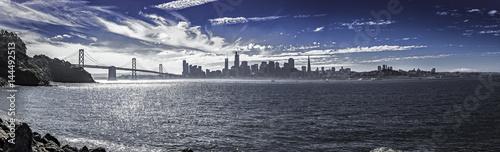 Panorama śródmieścia San Francisco i Bay Bridge. Widok urbanistyczny pokazuje budynki dzielnicy biznesowej, wieżowce i Ocean Spokojny. Obraz przedstawia turystykę w Ameryce.