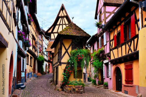Kolorowi drewniani domy Alzacki miasteczko Eguisheim, Francja