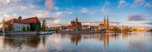 """Wrocław, Polska - Panorama historycznej i historycznej części starego miasta """"Ostrów Tumski""""."""