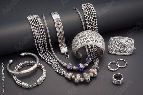 Kolekcja antycznej tradycyjnej biżuterii srebrnej na czarnym papierze
