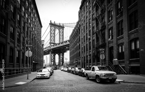 Manhattan most, widok od Waszyngtońskiej ulicy w Brooklyn, czarny i biały, Miasto Nowy Jork, usa