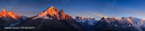Panorama Alp w pobliżu Chamonix podczas zachodu słońca. Chamonix, Francja.