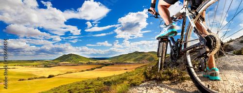 Rower górski. Sport i zdrowe życie. Sporty ekstremalne. Rower górski i człowiek. Ekstremalny sport w stylu życia