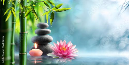 Spa - naturalna terapia alternatywna z kamieniami do masażu i grążelem w wodzie
