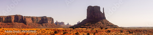 Park Narodowy Monument Valley. Kamienna mistyczna dolina o świcie