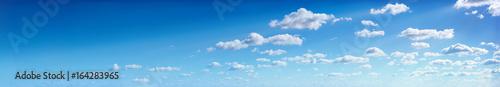 Panorama niebieskie niebo z chmurami