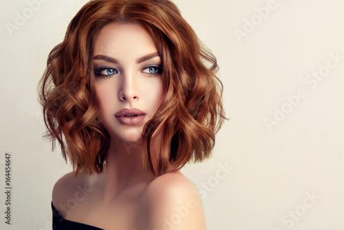 Piękna modelka z krótkimi włosami. Kobieta z czerwonymi kręconymi włosami. Czerwona głowa