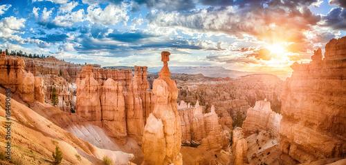 Bryka jaru park narodowy przy wschodem słońca z dramatycznym niebem, Utah, usa