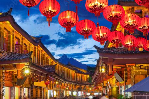 Stare miasto w Lijiang wieczorem z wypitym turystą.