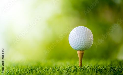 piłeczka golfowa na koszulce gotowa do gry