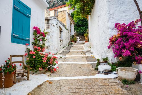 Wąska ulica w wiosce Kritsa blisko Agios Nikolaos, Crete, Grecja