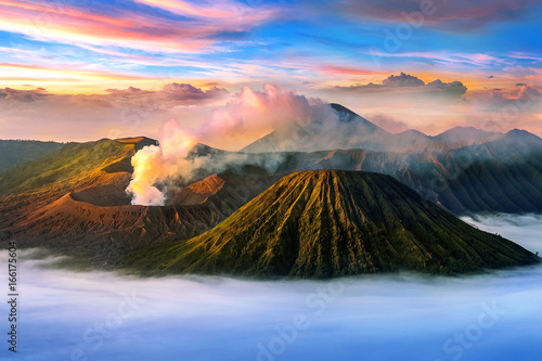 Wspina się Bromo wulkan w Bromo Tengger Semeru parku narodowym, Wschodni Jawa, Indonezja (Gunung Bromo).