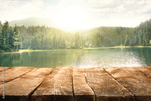 Piękne górskie jezioro w lesie