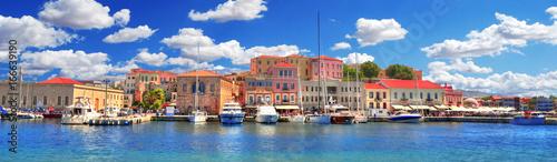 Kolorowy panoramiczny obraz HDR pięknego starego portu weneckiego miasta Chania z łodziami i jachtami na pochmurnym niebie i turkusowej wodzie, Kreta, Grecja