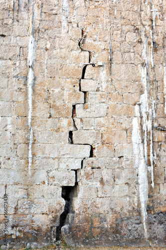pęknięty mur