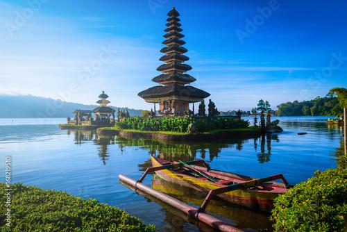 Pura Ulun Danu Bratan, hinduska świątynia z łodzią na Bratan jeziora krajobrazie przy wschodem słońca w Bali, Indonezja.