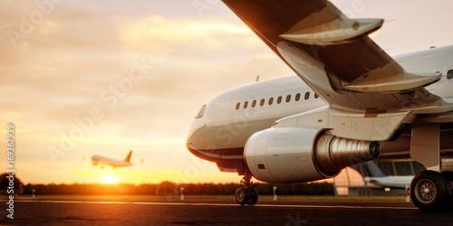 Biała handlowa samolotowa pozycja na lotniskowym pasie startowym przy zmierzchem. Samolot pasażerski startuje. Samolotowa pojęcia 3D ilustracja.