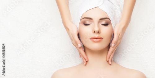 Portret kobiety w spa. Masaż gojenie. Opieka zdrowotna, lifting skóry i koncepcja medyczna.