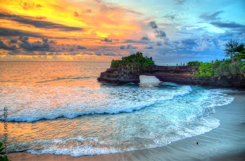 Świątynia Tanah Lot na morzu w Indonezji na wyspie Bali ..