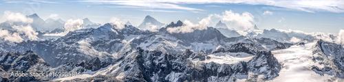 szeroka panorama na ośnieżone pasmo górskie Alp Szwajcarskich