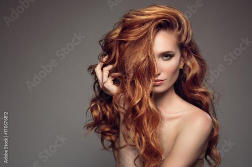 Portret kobiety z długie kręcone piękne włosy imbiru.