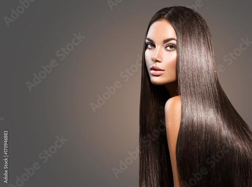 Piękne długie włosy. Piękno kobieta z prostym czarni włosy na ciemnym tle