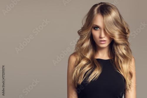 Blond kobieta z długie kręcone piękne włosy.