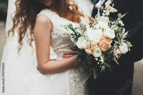 Piękno ślubny bukiet z różnymi kwiatami w rękach