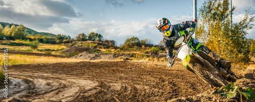 Extreme Motocross MX Rider jedzie na polnej drodze