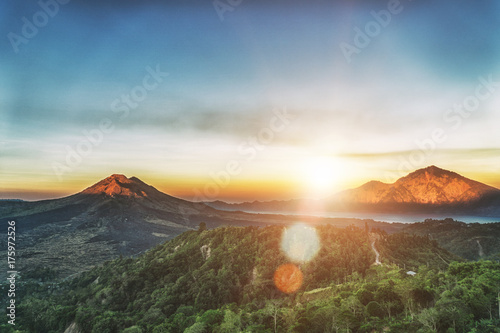 Aktywna wulkan góry góra Batur przy wschodem słońca w Bali, Indonezja.