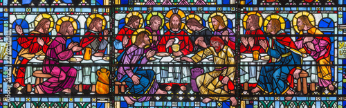 LONDYN WIELKA BRYTANIA, WRZESIEŃ, - 16, 2017: Witraż Ostatnia kolacja Pantokrator w kościół St Etheldreda Joseph Edward Nuttgens (1952).