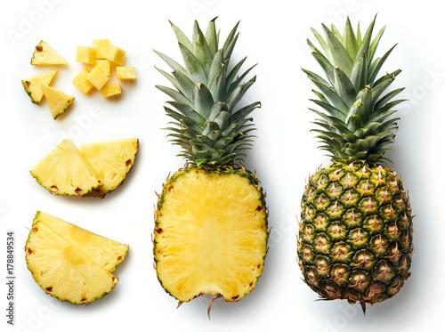 Świeży ananas odizolowywający na białym tle