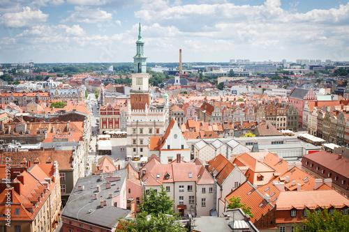 Poznań Polska, Czerwiec, - 28, 2016: Urzędu miasta, starych i nowożytnych budynki w połysku mieście Poznańskim
