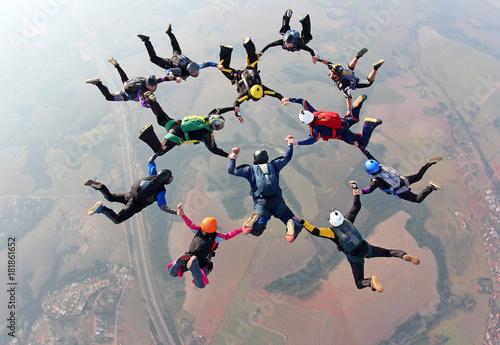Praca zespołowa w skokach spadochronowych