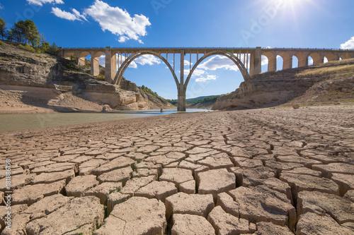 krajobraz suchej ziemi ziemi i wiaduktu, ekstremalna susza w zbiorniku Entrepenas, w Guadalajara, Castilla, Hiszpania Europa