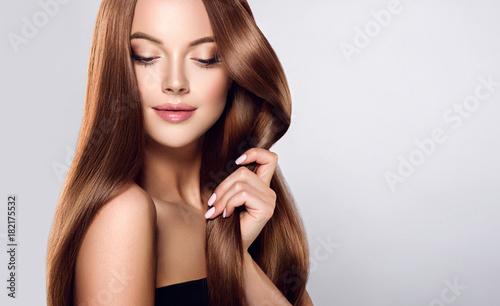 Piękna brunetka dziewczynka z długie proste gładkie włosy. Kobieta o zdrowej prostej fryzurze