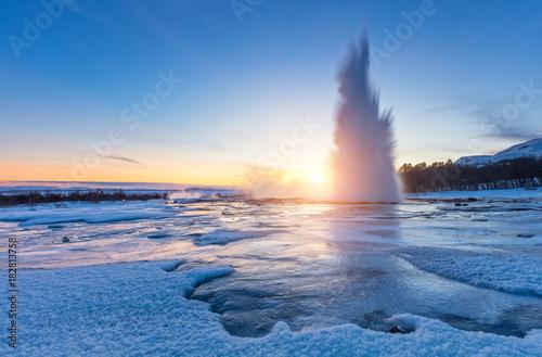 Sławny Geysir w Islandii w pięknym zmierzchu świetle