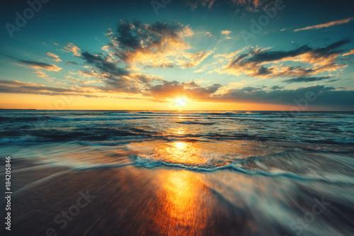Piękny wschód słońca nad morzem