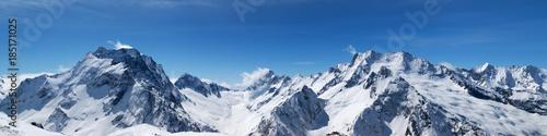Panoramiczny widok na ośnieżone szczyty górskie