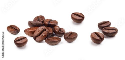 Zestaw świeżych palonych ziaren kawy na białym tle.