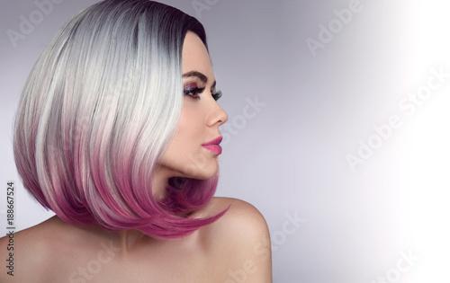 Krótka fryzura Ombre Bob. Piękna kobieta farbująca włosy. Modne fryzury. Blond modelka z krótką błyszczącą fryzurą. Koncepcja farbowania włosów. Salon piękności.