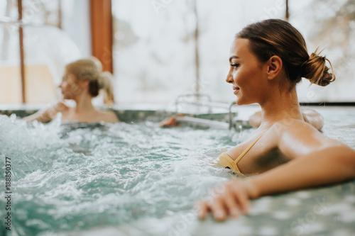 Młoda kobieta relaksuje w jacuzzi wannie