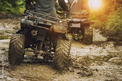 mężczyzna jadący pojazdem ATV na torze off road, ludzie temat zajęć sportowych na świeżym powietrzu