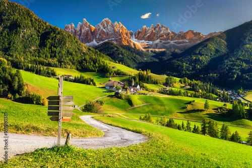 Alpejski wiosna krajobraz z Santa Maddalena wioską, dolomity, Włochy, Europa