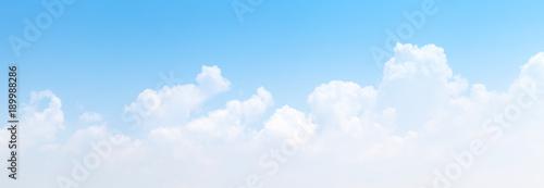 Biała cumulus chmur formacja w niebieskim niebie