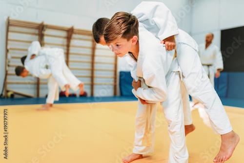 Judo dla dzieci, młodzi bojownicy na treningu, samoobrona