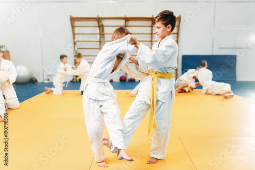Chłopcy w walkach w kimono, trening judo dla dzieci