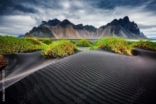 Wielki wiatr falował plażowy czarny piasek. Lokalizacja Vestrahorn, Islandia, Europa.