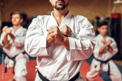 Zawodnicy sztuk walki doskonalą swoje umiejętności