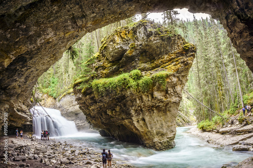 Wodospady Upper Johnston w Parku Narodowym Banff, Alberta, Kanada